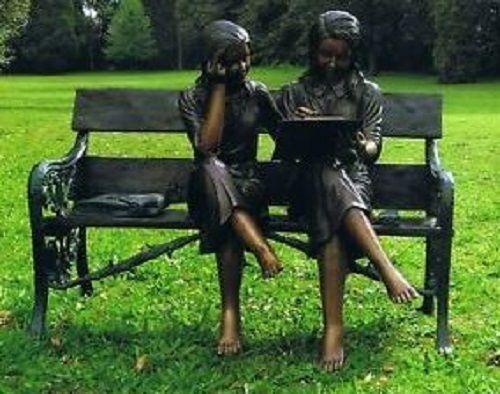 Bronzefigur Zwei Mädchen auf Bank