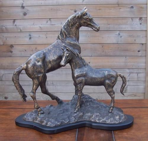 Bronzefigur Zwei Pferde auf Holzsockel