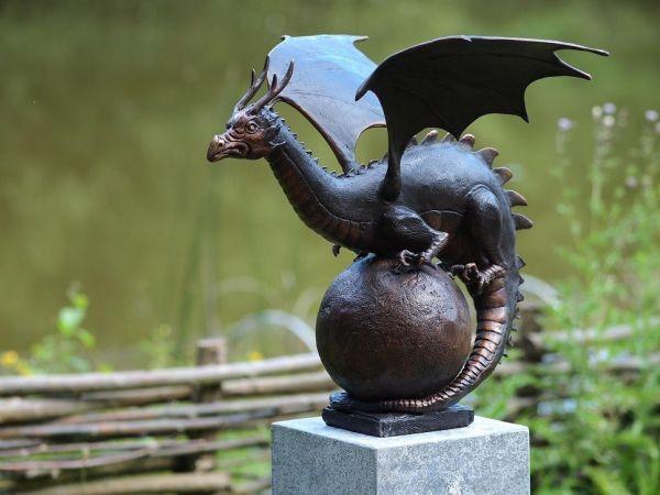 Bronzefigur Drache auf Kugel