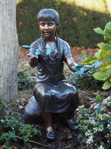 Bronzefigur Mädchen mit Schmetterlingen