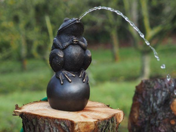 Bronzefigur Frosch auf Kugel wasserspeiend